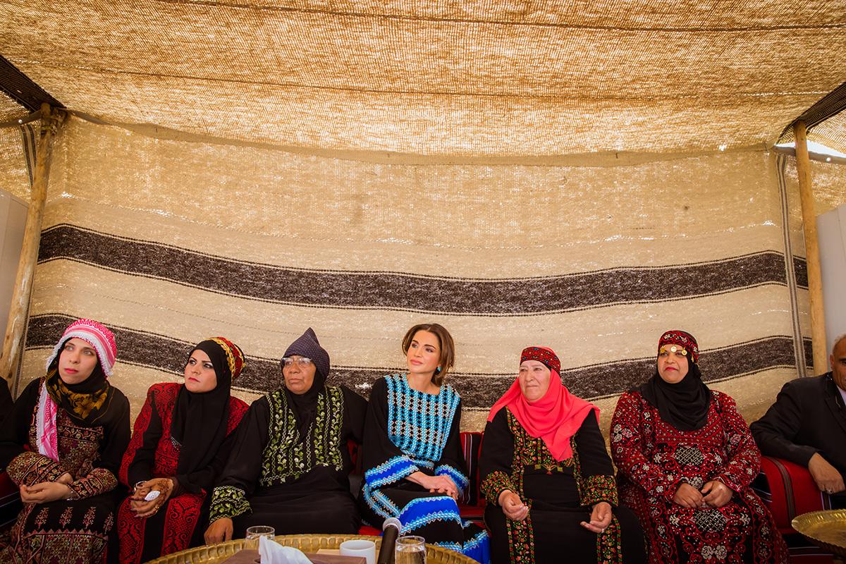 الملكة رانيا تفتتح مركز زها وتلتقي مستفيدين من المبادرة الملكية لتمكين الأسر الفقيرة بالمفرق