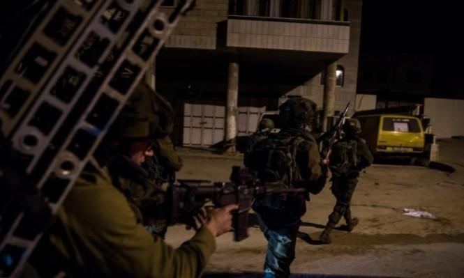 جيش الاحتلال الإسرائيلي يشن حملة مداهمات ويعتقل عدد من المواطنين من محافظات الضفة الغربية