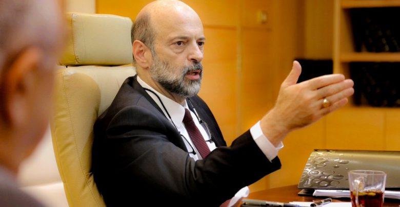 الرزاز ... يلغي تعميم وزارة الأوقاف المتعلّق بوقف استعمال مكبّرات الصوت