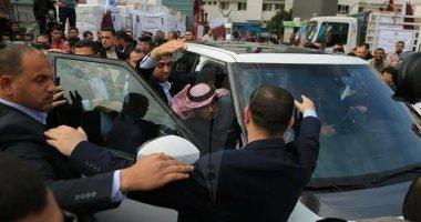 """وسط هتاف المتظاهرين """"روح روح يا عميل"""" .. العمادي يهرب مسرعاً بعد رشقه بالحجارة شرق غزة"""