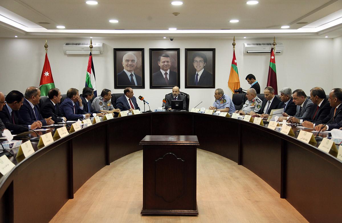 الرزاز يؤكد التزام الحكومة بضمان حرية التعبير عن الرأي تحت سقف الدستور والقانون