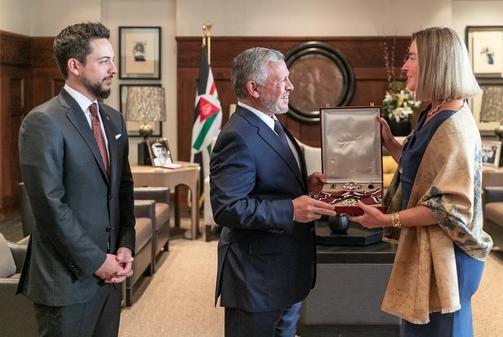 الملك يمنح موغيريني وسام الاستقلال من الدرجة الأولى