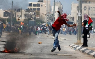 """""""هآرتس"""": توقف العملية السياسية سيقود الى انتفاضة فلسطينية جديدة"""