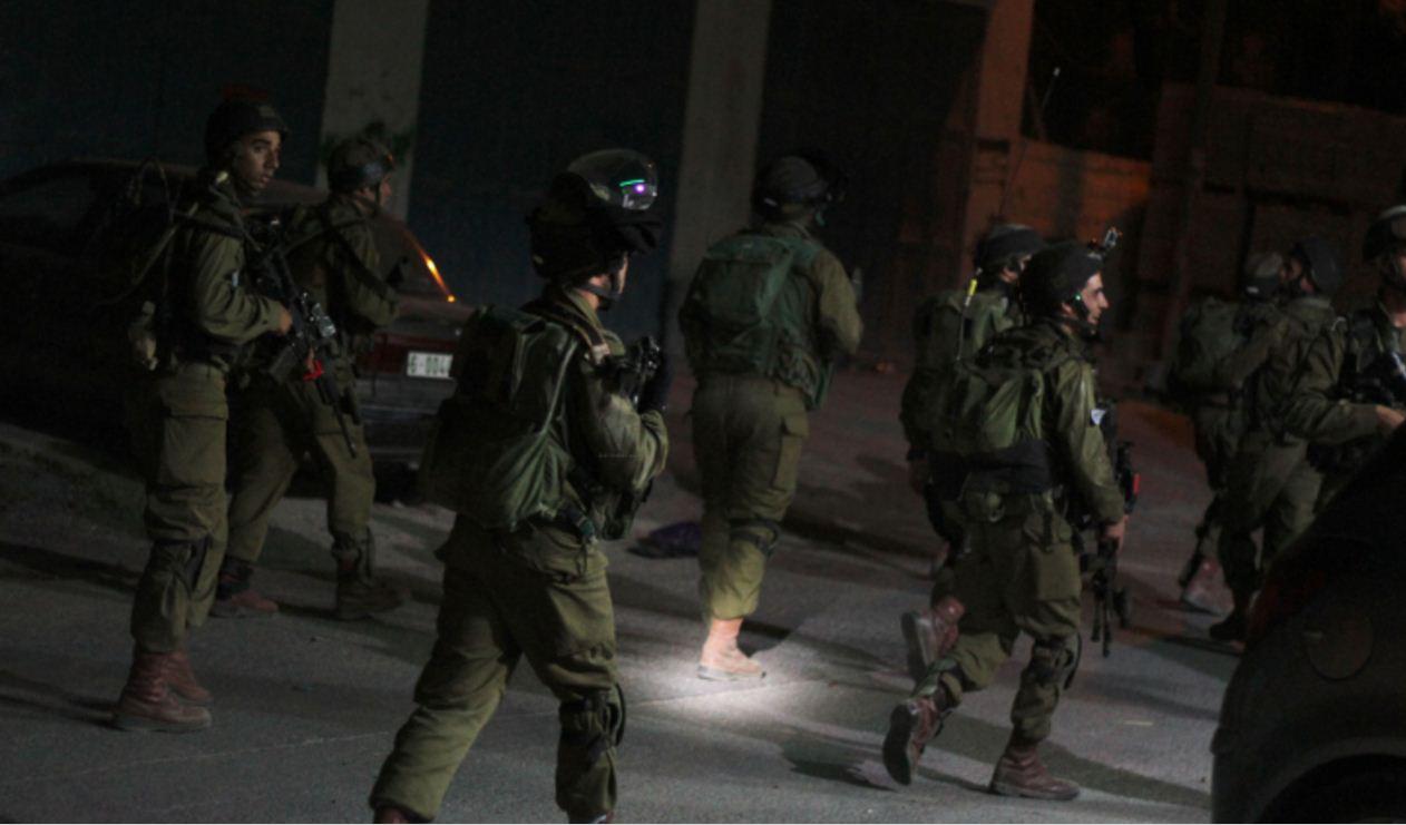 """إعتقالات واسعة في الضفة والقدس وقوات الاحتلال تداهم منزل محافظ أريحا """"أبو العسل"""" وتعتقل نجله"""