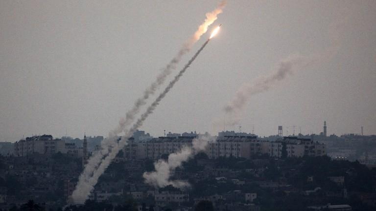 المقاومة الفلسطينية تستأنف إطلاق الصواريخ وطيران الإحتلال الإسرائيلي يشن غارات على القطاع
