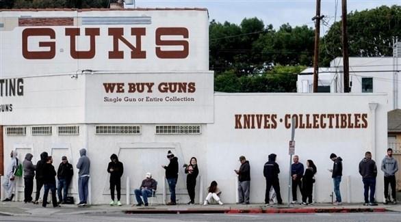 فيروس كورونا يزيد إقبال الأمريكيين على شراء الأسلحة