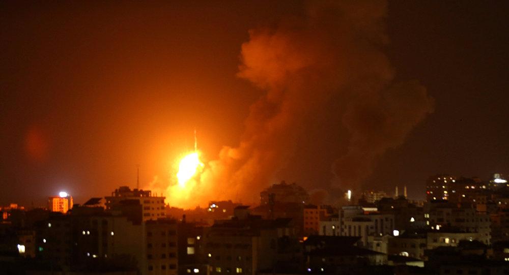 طيران الإحتلال الإسرائيلي يقصف عدة أهداف في مدينة خانيونس جنوب قطاع غزة