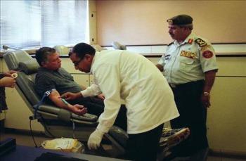 الملك يتبرع بالدم لغزة ويوعز بمواصلة تقديم المساعدات للأهل في القطاع