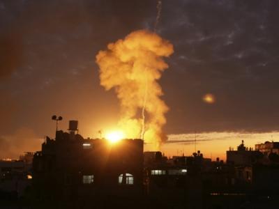 غارات جوية على غزة وصوارخ جنوب اسرائيل