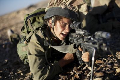 اسرائيل تدفع بنسائها إلى خطوط النار