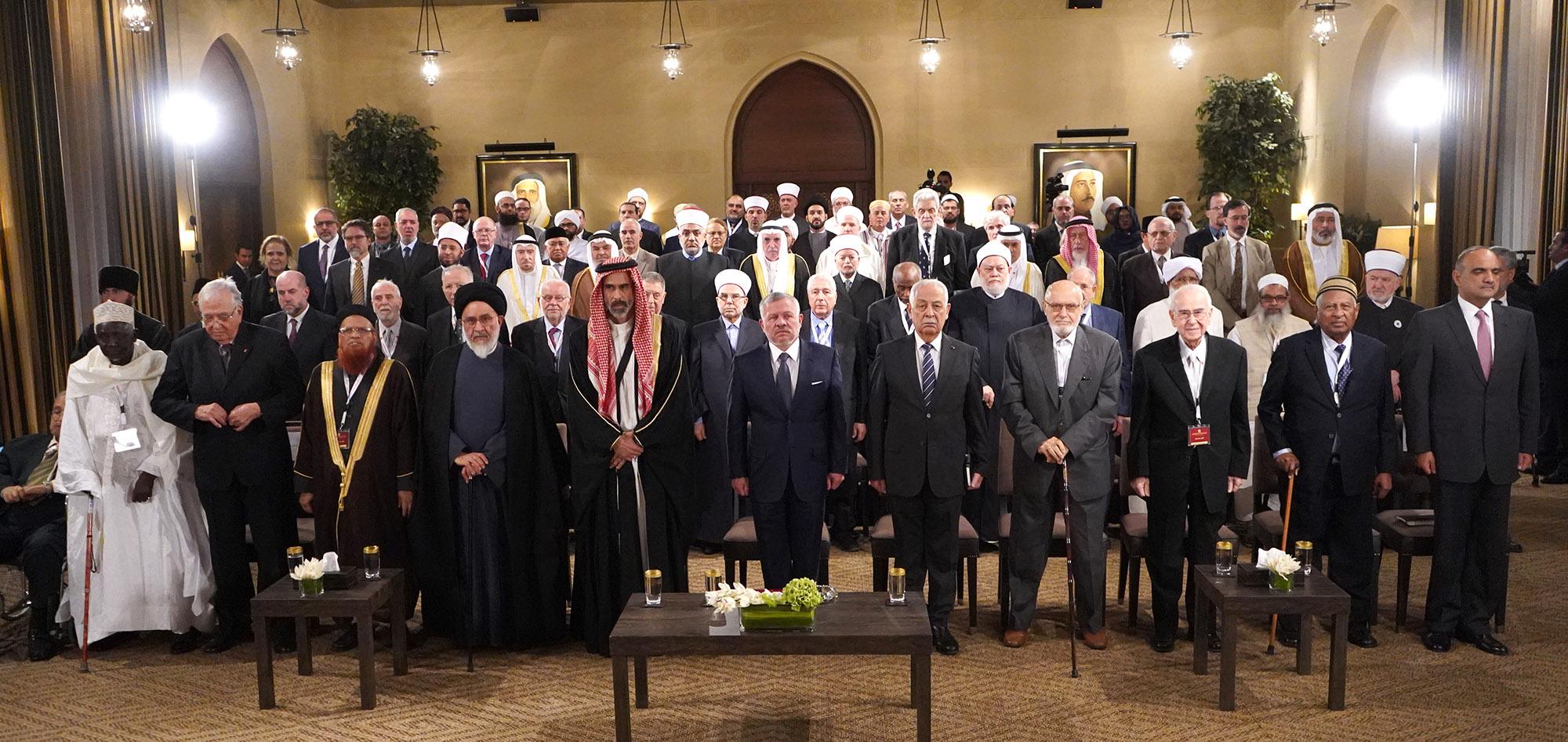 الملك يكرم قيادات مشاركة في المؤتمر العام لمؤسسة آل البيت