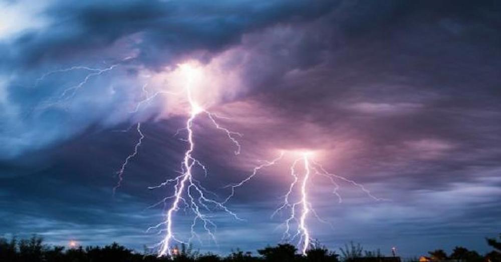 الأرصاد الجوية تقدم إرشادات للمواطنين أثناء البرق والرعد