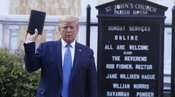 الرئيس الأمريكي المنتهية ولايته ترامب يستبعد عزله