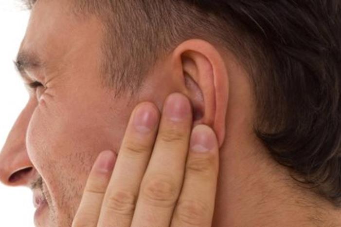 عشريني لا يستطيع السمع لفقدانه 'بطارية قوقعة '