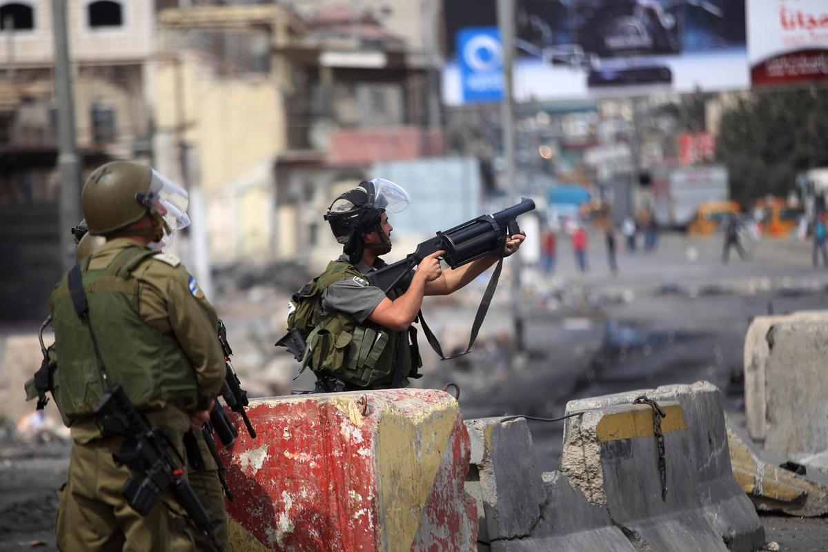 إحداها خطيرة- 22 إصابة بمواجهات عنيفة بين المتظاهريين وجنود الإحتلال في رام الله