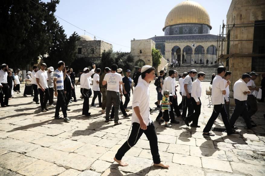 """مستوطنون متطرفون يقتحمون ساحات """"المسجد الأقصى"""" بحراسةِ مشددة"""