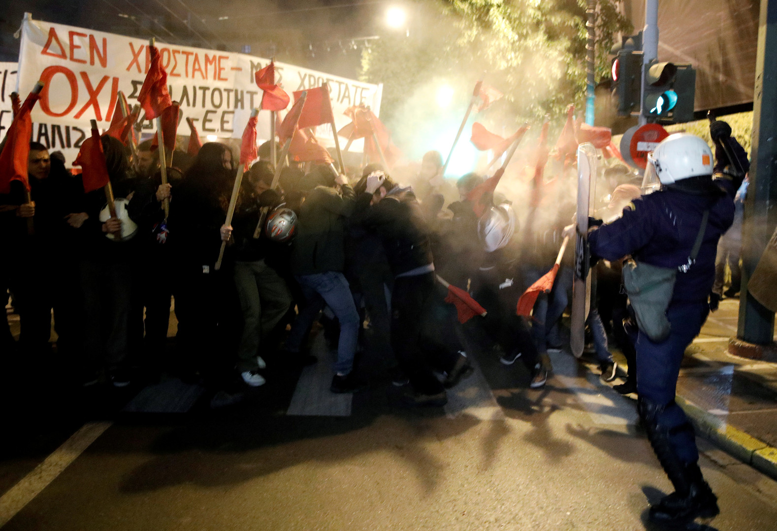 """اليونانيون يستقبلون ميركل بالتظاهر.. واليسار يعتبرها ضيفا """"غير مرغوب به"""""""