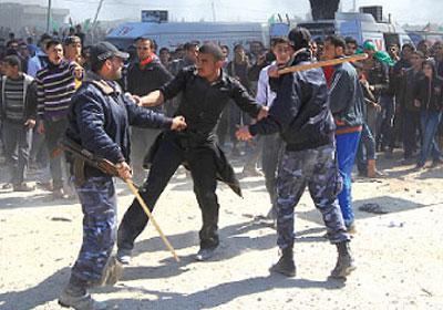 المركز الفلسطيني يدين اعتداءات أجهزة أمن حماس في غزة على مسيرات سلمية
