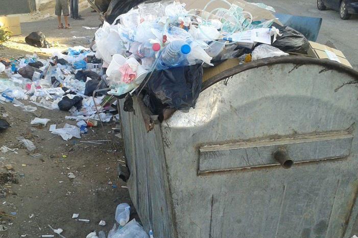 تراكم النفايات في حي سكني بالزرقاء