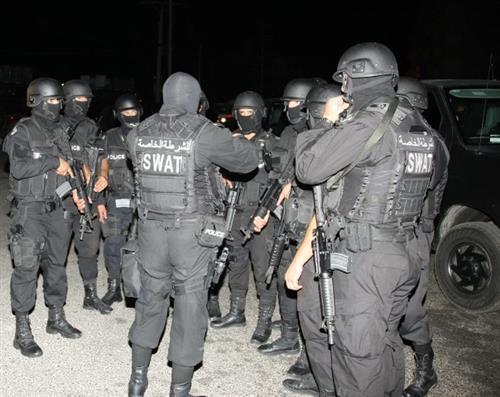 القبض على مطلوب وضبط اسلحة بعد مداهمة في عمان