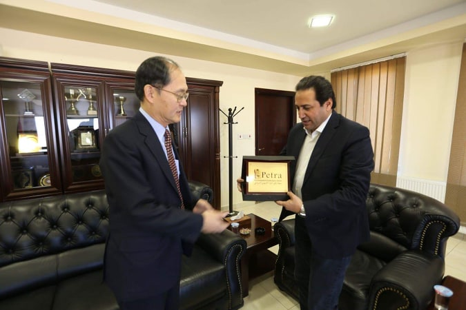 الفرجات يلتقي السفير الياباني في البترا