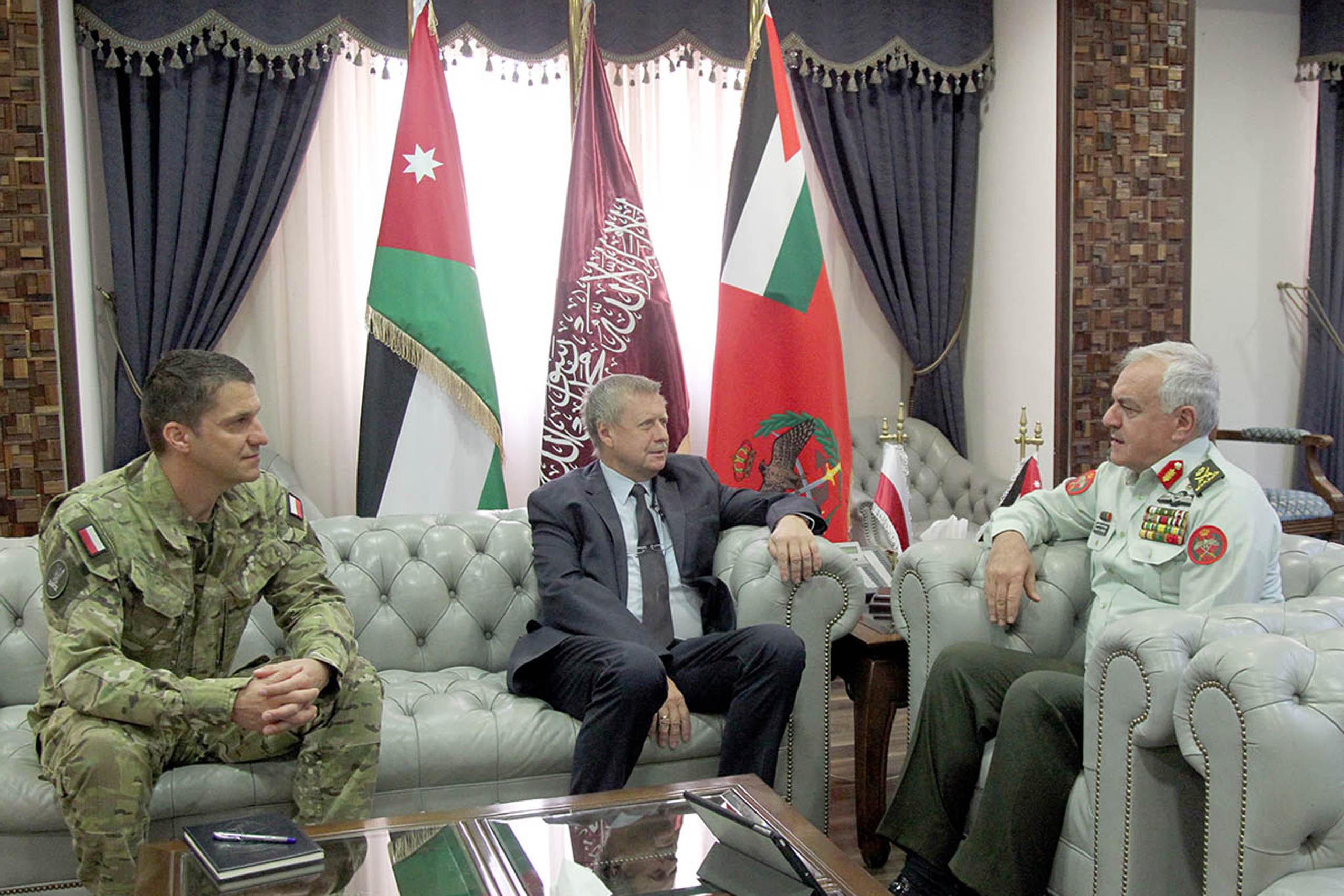رئيس هيئة الأركان المشتركة يستقبل السفير البولندي