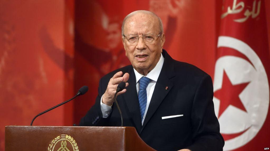 السبسي يلوح بالاستقالة من منصبه على خلفية أزمة التعديل الوزاري