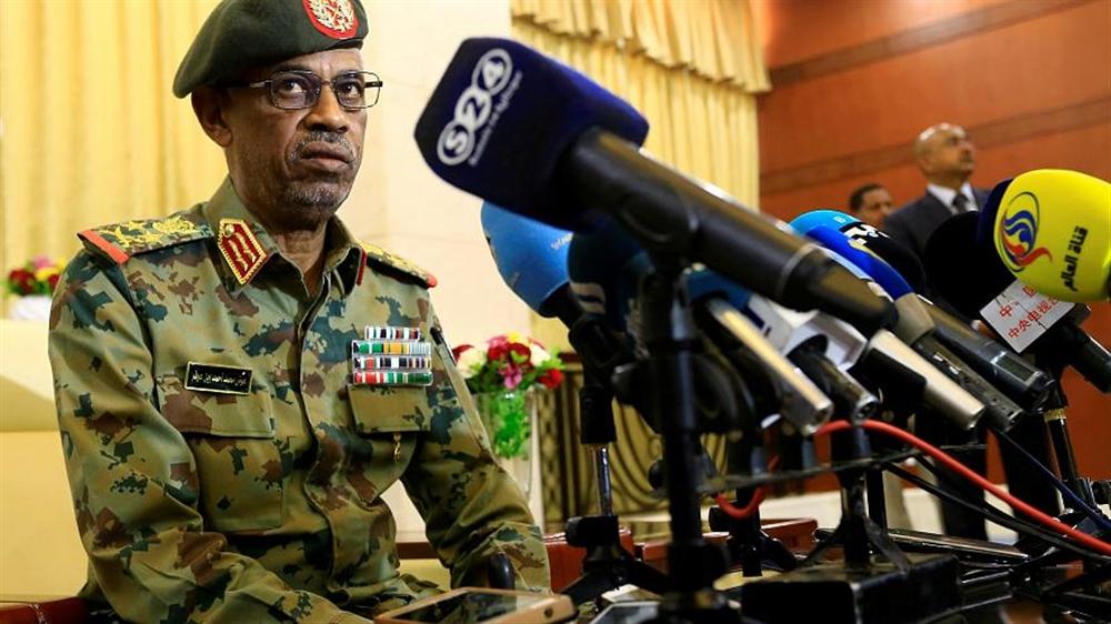 رئيس المجلس العسكري السوداني يؤكد لن نسلم البشير لـلجنائية الدولية