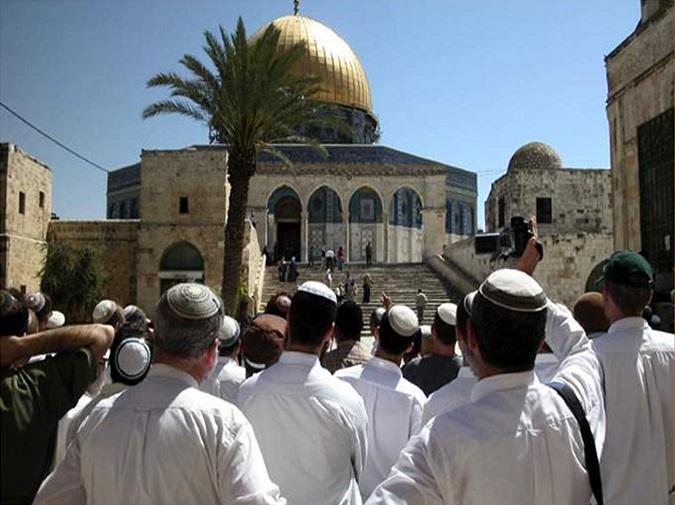 الإحتلال الإسرائيلي يعتقل ويمنع عدد من حراس الأقصى والمستوطنون يقتحمونه