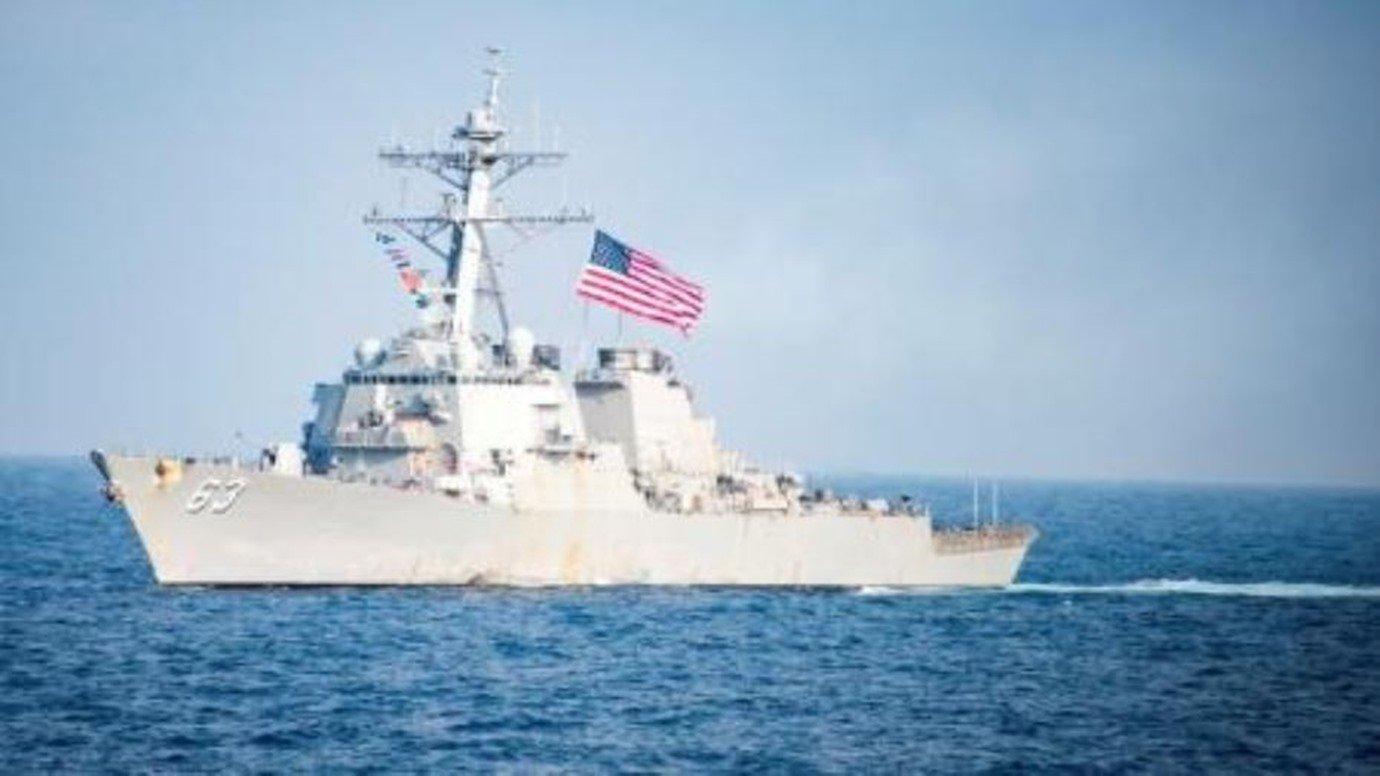 مدمرة أمريكية تبحر قرب جزيرة في بحر الصين متنازع عليها