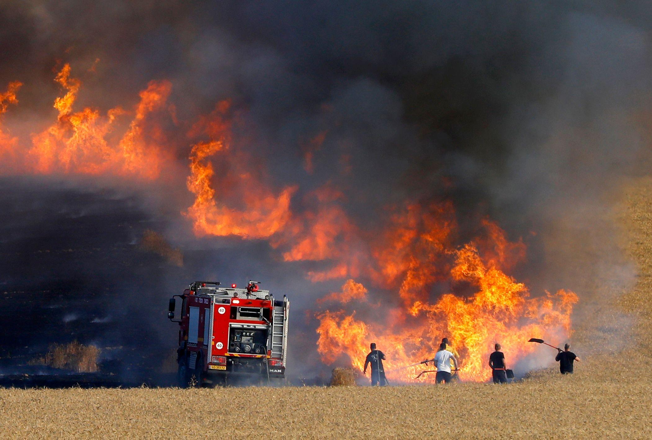 الإعلام العبري: إندلاع 6 حرائق في غلاف غزة بفعل البالونات الحارقة
