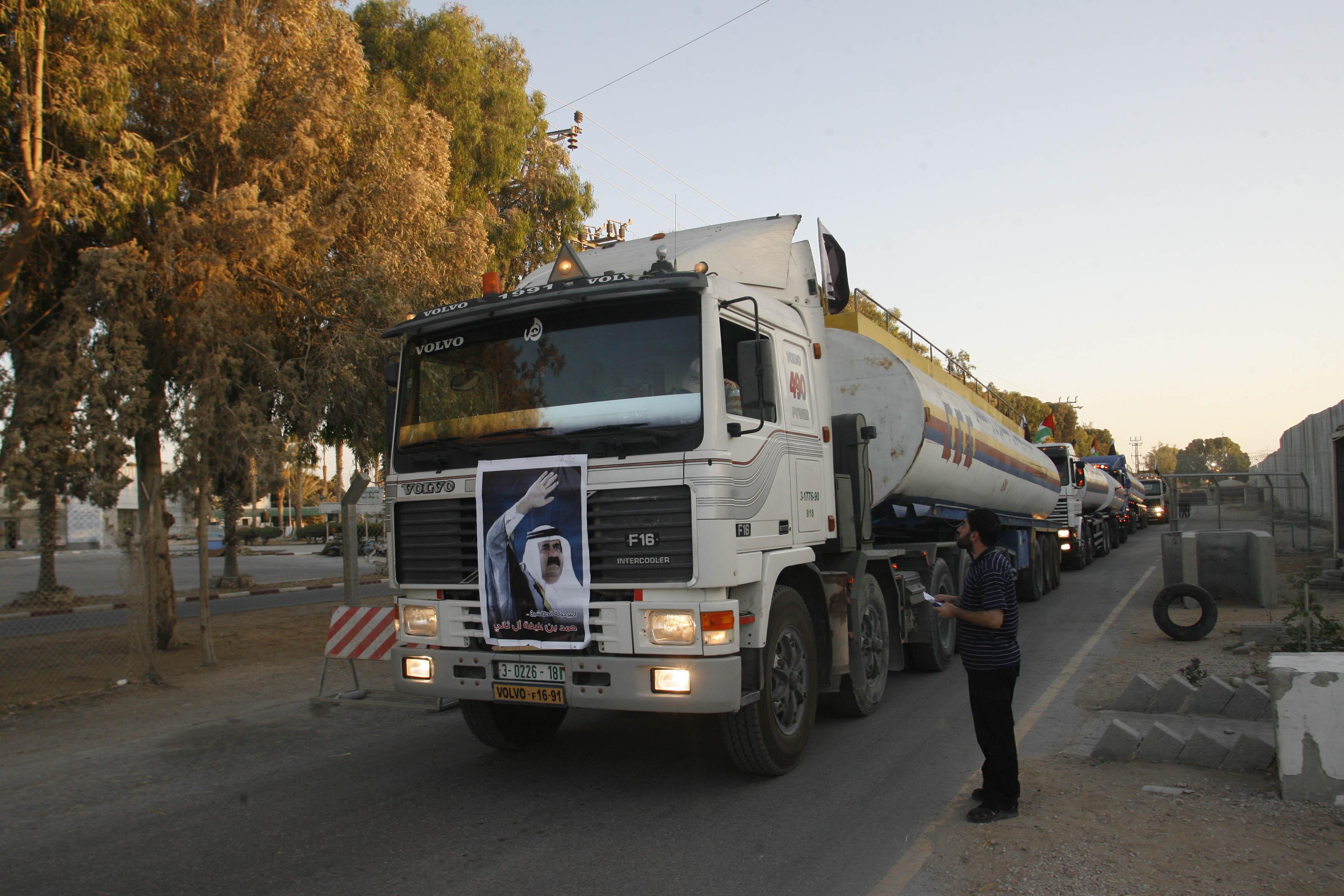 الإذاعة العبرية: ادخال الوقود القطري إلى قطاع غزة رغم معارضة السلطة