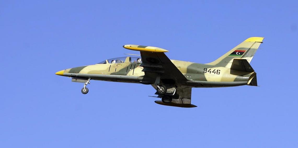 سلاح الجو الليبي يشن غارات على مواقع للميليشيات في طرابلس,,,واغلاق مطار معيتيقة الدولي