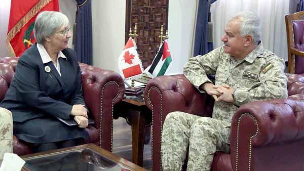 رئيس هيئة الأركان المشتركة يبحث مع السفيرة الكندية تعزيز التعاون