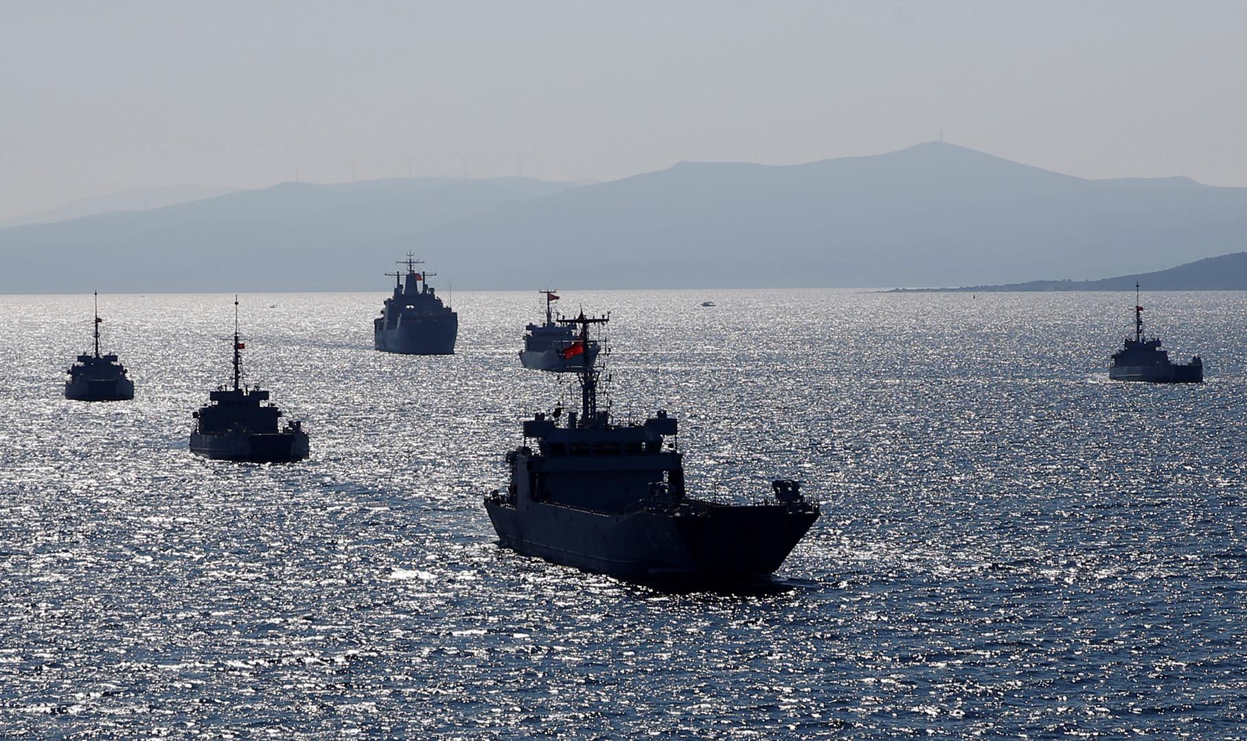 """قارب يوناني يتحرش بسفينة تركية تزامنا مع مناورات """"ذئب البحر"""""""