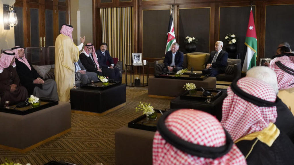 جلالة الملك يلتقي عددا من رفاق السلاح المتقاعدين ممن خدموا مع جلالته في كتيبة المدرعات