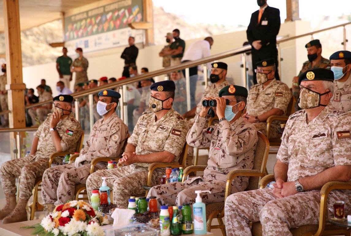 رئيس هيئة الأركان ونظيره الإماراتي يتابعان تمريناً عسكرياً