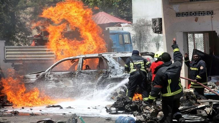 """""""حركة الشباب"""" تتبنى تفجيرين بسيارتين مفخختين في قاعدة عسكرية جنوب الصومال"""