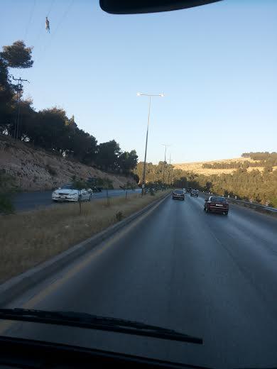 طريق ياجوز ... انوار الشوارع مضاءة حتى العصر !! - صور