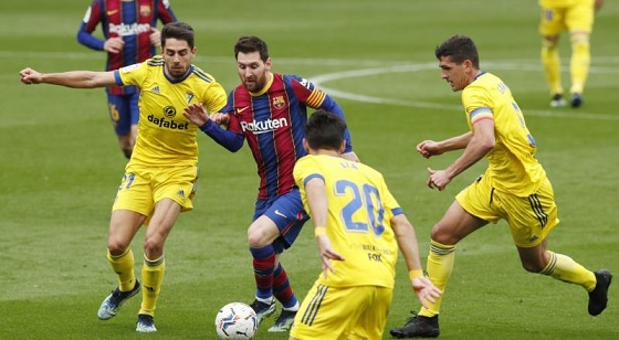قادش يفرض تعادلًا قاتلًا على برشلونة
