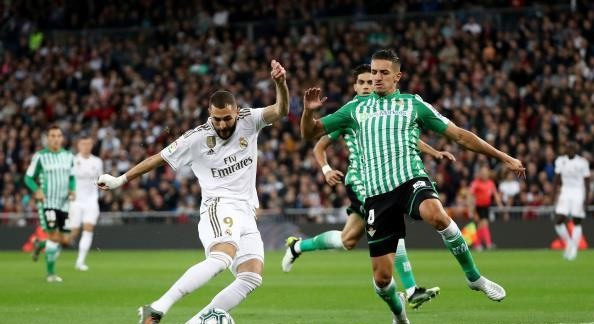 ريال مدريد يرفض هدية برشلونة ويتعثر أمام بيتيس