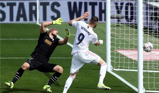 ريال مدريد يتحدى الفار ويتخطى إيبار بثنائية