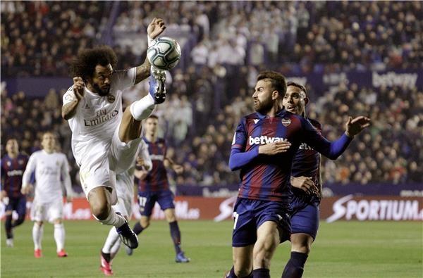 ريال مدريد يهدي الصدارة لبرشلونة بالخسارة أمام ليفانتي