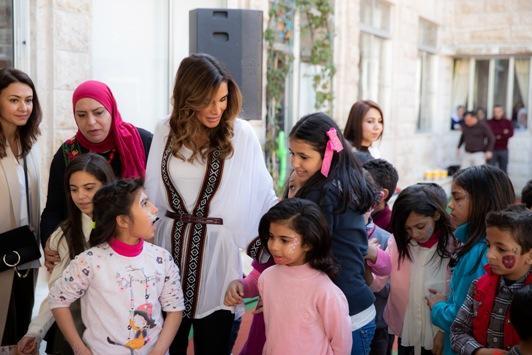 الملكة رانيا تحتفل مع أطفال مؤسسة الحسين الاجتماعية بأمهات ومربيات المؤسسة