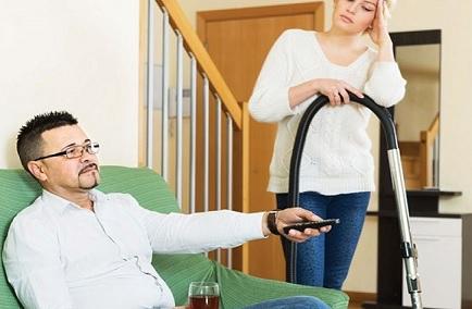 الزوج «الكسول» شرخ في العلاقة الأسرية