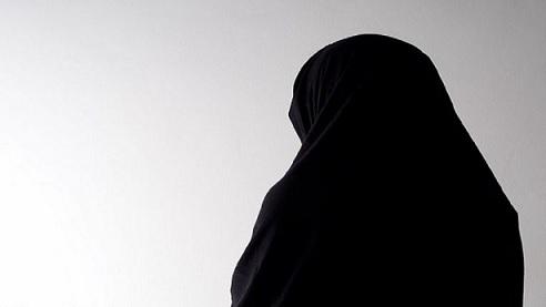 في جريمة بشعة.. اغتصاب باكستانية أمام طفليها ورشها بحامض كيميائي