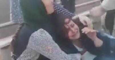 """الحكم بسجن فتاة 20 عاما في إيران لنزعها حجابها """"على الملأ"""""""
