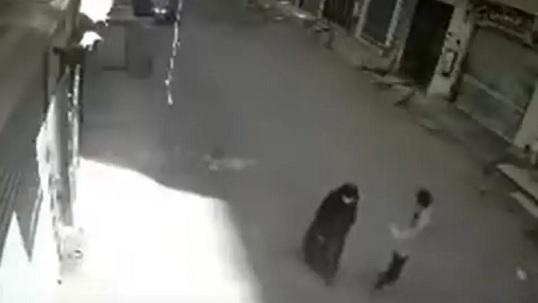 مأساة.. مدمن يقتل أمه بالشارع طعناً في رمضان