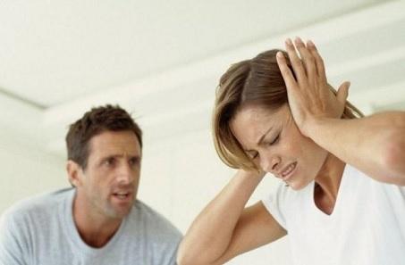 4 تصرفات تساعد الزوجة في الابتعاد عن المشاكل مع زوجها