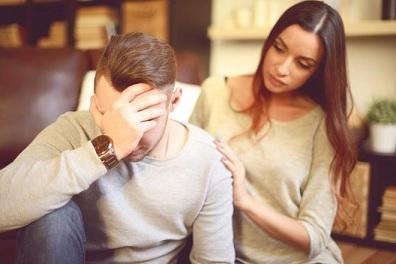 زوجي كتوم وأشعر أنه يُخفي عني أمراً ما
